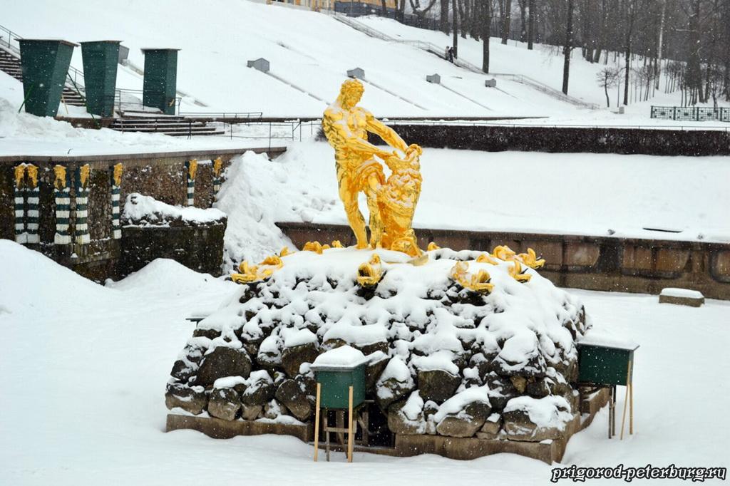 Фонтан Сампсон зимой